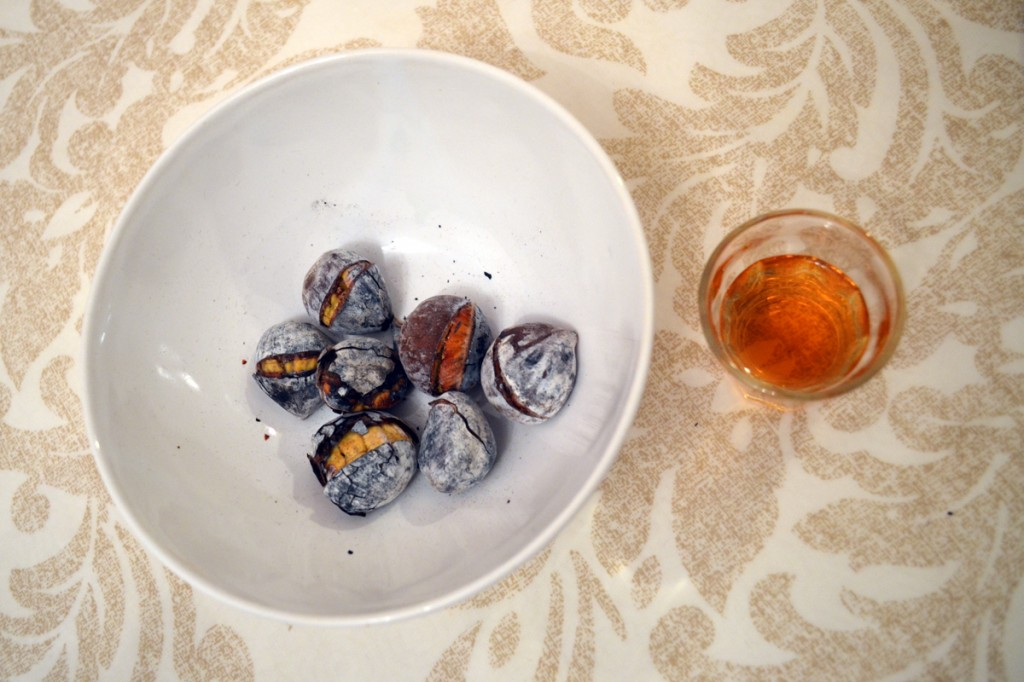 Roasted chestnuts and generous wine on the table: an autumn tradition in Portugal